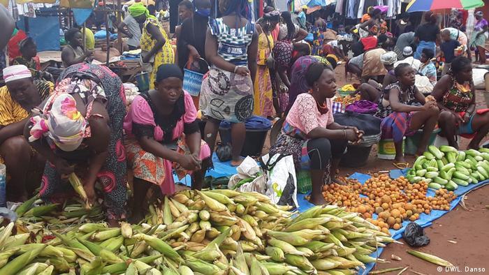 Num mercado em Bissau, população não respeita as medidas de combate à pandemia