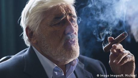 Mario Adorf Zigarre rauchend (Imago Images/R. Michael)