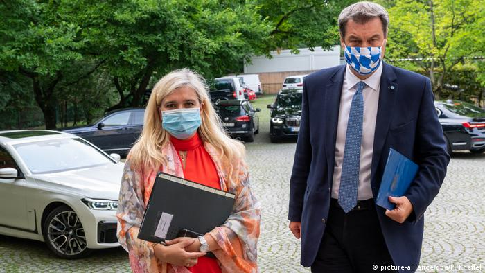 Premierul bavarez Markus Söder și ministra Sănătății a landului Bavaria, Melanie Huml