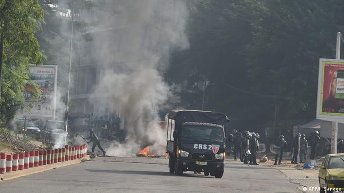La police a dispersé les manifestants dans les rues d'Abidjan
