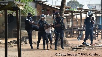 Violente arrestation d'un manifestant à Yopougon le 13 août 2020.