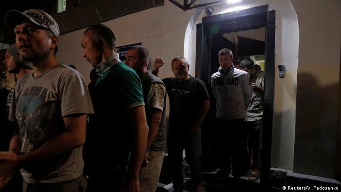 Освобожденные участники протестов выходят из Центра изоляции правонарушений ГУВД Мингорисполкома