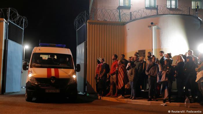 Angehörige warten vor einer Haftanstalt in Minsk auf die Freilassung der Protestteilnehmer (Foto: Reuters/V. Fedosenko)