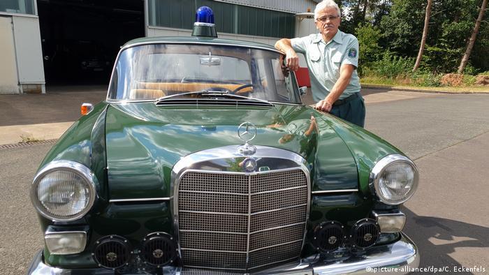 Председатель клуба Polizei-Motorsport-Club Marburg 1990 e.V. Эберхард Дерш (Eberhard Dersch) и патрульный Мерседес 1963 года