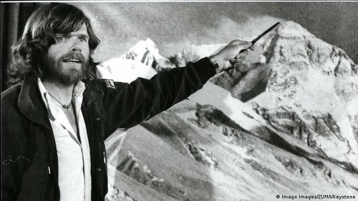 Reinhold Messner señala la cima del Everest, luego de haber vuelto de su expedición. (1980).