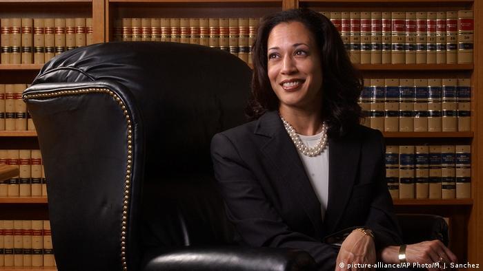 کامالا هریس سپس در دانشگاه کالیفرنیا در رشته علوم قضایی دکتری گرفت و در سال ۱۹۹۰ مجوز وکالت را دریافت کرد. او در دهه ۹۰، در دفتر دادستان ناحیهای سانفرانسیسکو و دفتر دادستان شهری سانفرانسیسکو مشغول به کار بوده. در سال ۲۰۰۴، به عنوان دادستان ناحیه سانفرانسیسکو انتخاب شد.