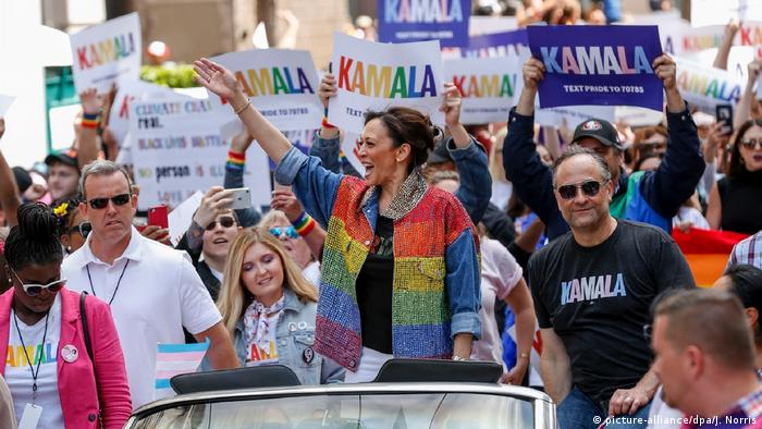 کامالا هریس در انتخابات ۲۰۱۶ مجلس سنای ایالات متحده آمریکا، لورتا سانچز را شکست داد تا جانشین سناتور بازنشسته، باربارا باکسر شود. عکسی از حضور سناتور هریس در مراسم رژه همجنسگرایان در سانفرانسیسکو.
