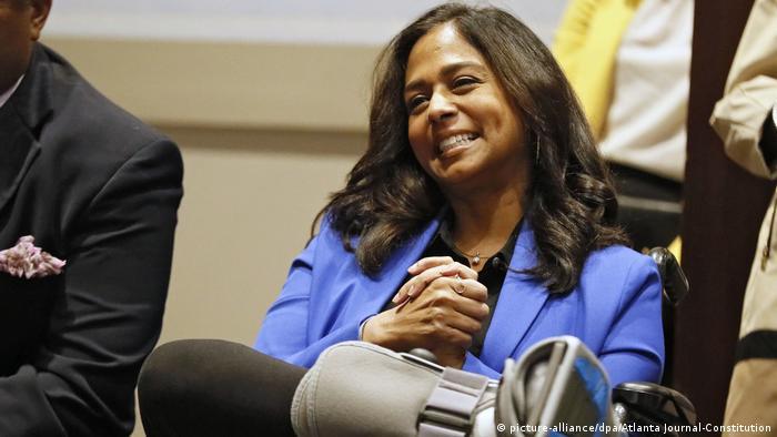 مایا هریس، خواهر کوچکتر کامالا تحلیلگر سیاسی شبکه ام اس ان بی سی و رئیس دفتر مبارزه انتخاباتی او است که در اینجا با پای شکسته در مراسم کاندیداتوری او حضور دارد.