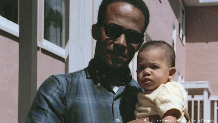 دونالد هریس، پدر کامالا متولد سال ۱۹۳۸ جامائیکایی تبار و پرفسور رشته اقتصاد است. (عکس: کامالا هریس یک ساله در آغوش پدرش)