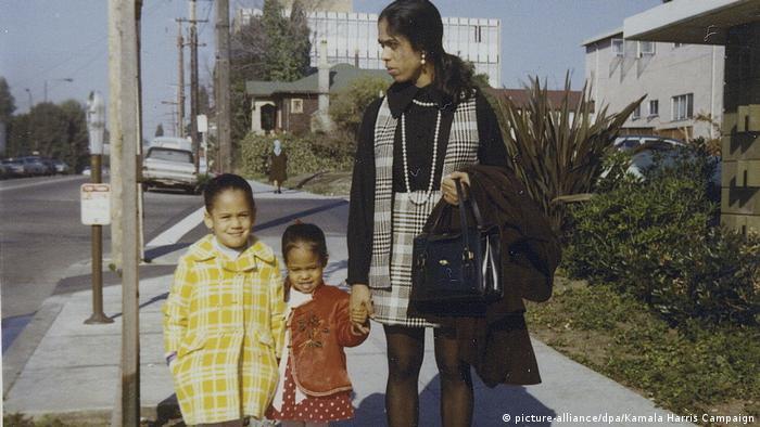 کامالا هریس متولد ۲۰ اکتبر ۱۹۶۴ در اوکلند واقع در ایالت کالیفرنیا است. مادرش شیامالا گوپالان، از تامیلهای هند و محقق در عرصه سرطان شناسی بود. (عکس: کامالا هریس به همراه مایا خواهر کوچکترش در ژانویه سال ۱۹۷۰)
