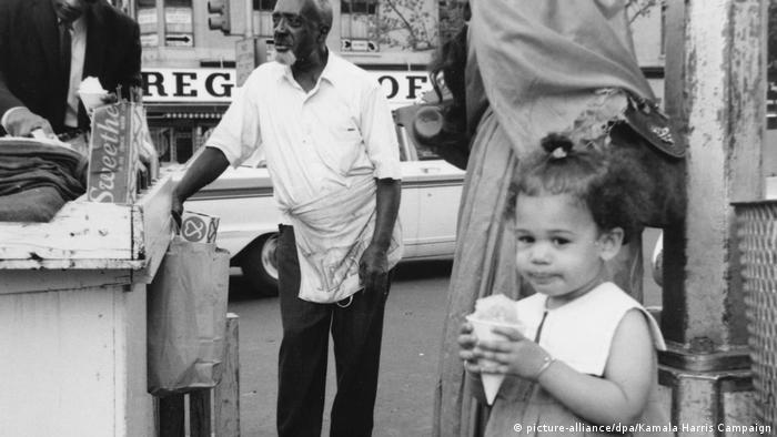 عکسی از کامالا هریس دوساله در سفر خانوادهاش به نیویورک در محله سیاهپوستنشین هارلم در حال بستنی خوردن.