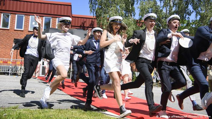 Students run celebrating their high school graduation at Nacka Gymnasium in Stockholm (picture-alliance/AP Photo/TT/J. Gow)