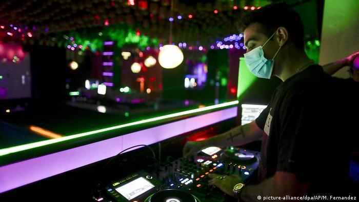 DJ de máscara em clube noturno na Espanha