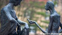 Deutschland Denkmal Sankt Martin und Bettler in Sindelfingen regiert der Rotstift