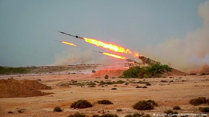 Iran Militärübung Revolutionsgarden mit Raketen (picture-alliance/dpa/AP/Sepahnews)