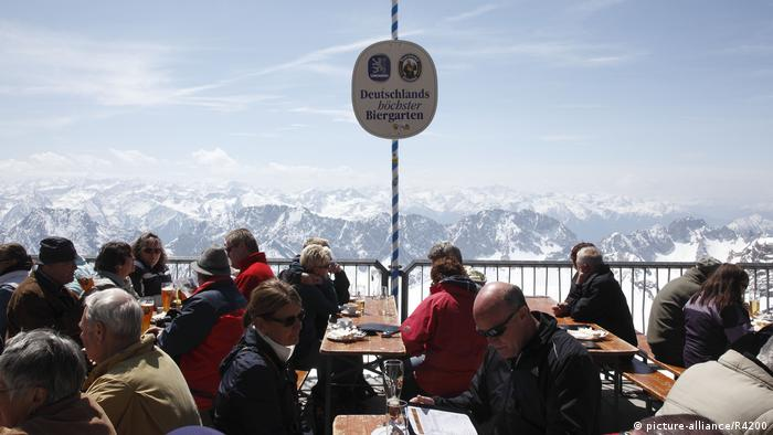 Germany   Zugspitze, Beer garden with a view (picture-alliance/R4200)