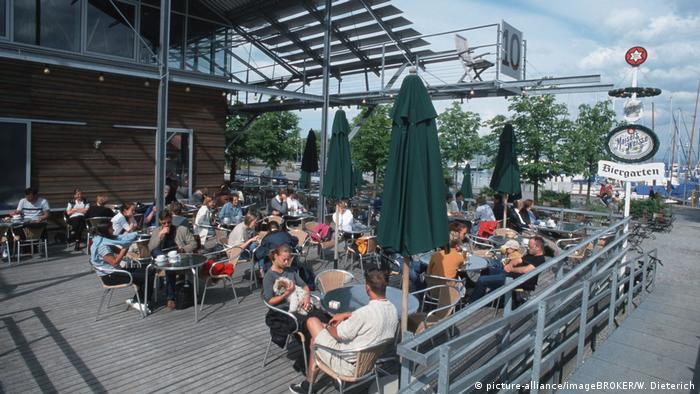 Germany   People in the Hafenhalle beer garden in Konztanz (picture-alliance/imageBROKER/W. Dieterich)