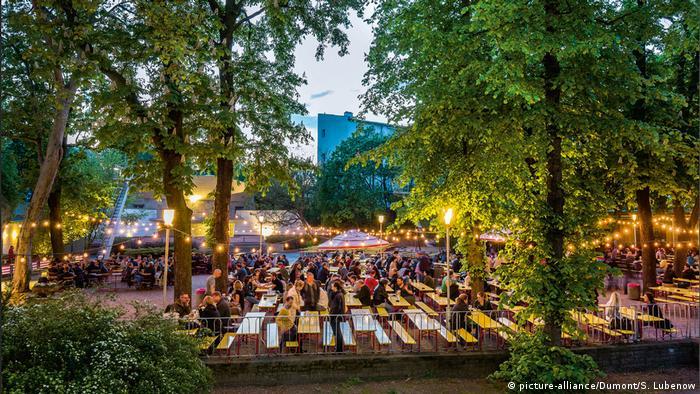 Germany   Berlin guests at the Prater beer garden, Berlin (picture-alliance/Dumont/S. Lubenow)