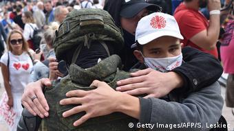 Братание омоновцев с демонстрантами в Минске, 14 августа 2020 года