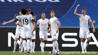 Игроки Баварии обнимаются после одного из голов в ворота Барселоны, 15 августа 2020 года
