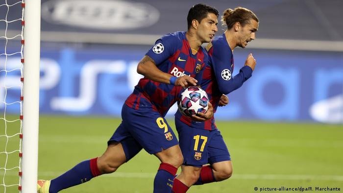 لاعبا نادي برشلونة لويس سواريز (أمام) وأنطوان غريزمان