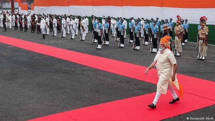 نارندرا مودی از سال ۲۰۱۴ نخست وزیر هند است. حقوق سالانه او ۳۳ هزار دلار است. در مقایسه با درآمد سرانه سالانه یک هزار و ۴۰۰ دلاری در هند، حقوق مودی چند برابر یک شهروند معمولی است. نارندرا مودی در مقایسه با سایر رهبران جهان به لحاظ حقوق در رتبه چهاردهم قرار میگیرد.