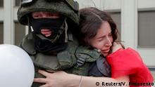BdTD | Belarus Demonstrantin und Polizist