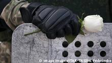 BdTD | Belarus Polizist mit Blume