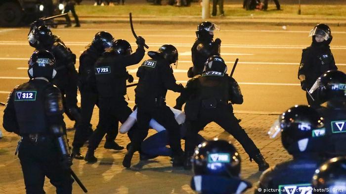 Belarus Wahlen Polizeigewalt | Proteste in Minsk (picture-alliance/AP Photo/S. Grits)