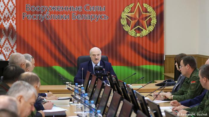 Lukashenko em reunião no Ministério da Defesa, em Minsk, neste sábado