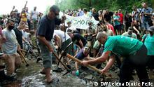 Serbien Rakita   Aktivisten zerstören Wasserkraftwerksanlagen