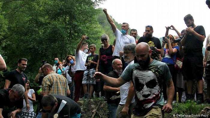 Serbien Rakita | Aktivisten zerstören Wasserkraftwerksanlagen