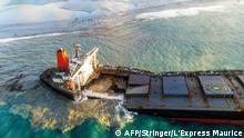 Der havarierte Frachter vor Mauritius auseinandergebrochen