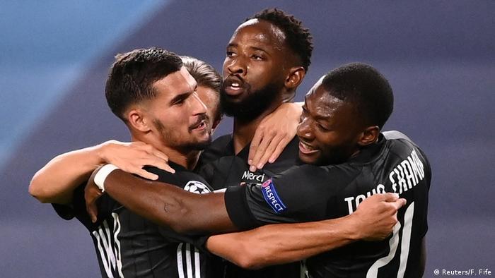 لاعبو ليون يتبادلون التهاني بعد تسجيل موسى ديمبلى هدف التقدم على مانشستر سيتي بدوري الأبطال.