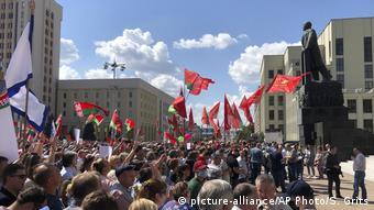 Участники провластного митинга в центре Минска 16 августа 2020 года