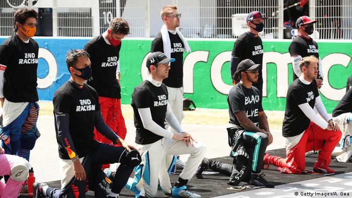 Pembalap F1 Grand Prix berlutut sebelum memulai pertandingan dukung Black Live Matter