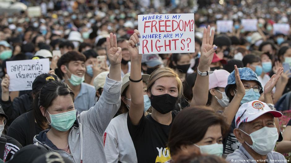 超過2萬名示威者周日聚集在曼谷的民主紀念碑前,呼籲該國政府解散國會並修改憲法