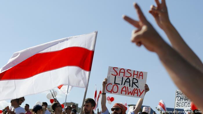 Бело-красно-белый флаг Беларуси стал одним из главных символов протеста. Фото из архива 16 августа.