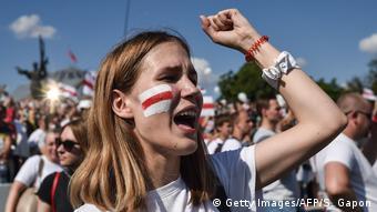 Участница протеста против президента Беларуси Александра Лукашенко в Минске, 16 августа 2020 года