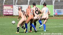 Nackt-Fußball in Oer-Erkenschwick Protestaktion