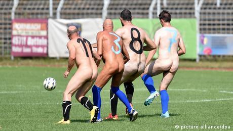 Nackt-Fußball in Oer-Erkenschwick Protestaktion (picture alliance/dpa)