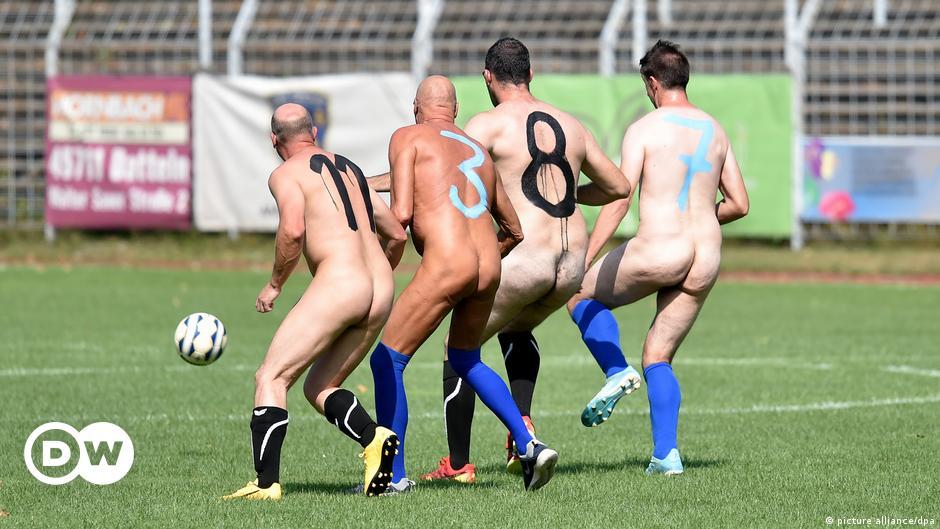 Frau macht nackt sport