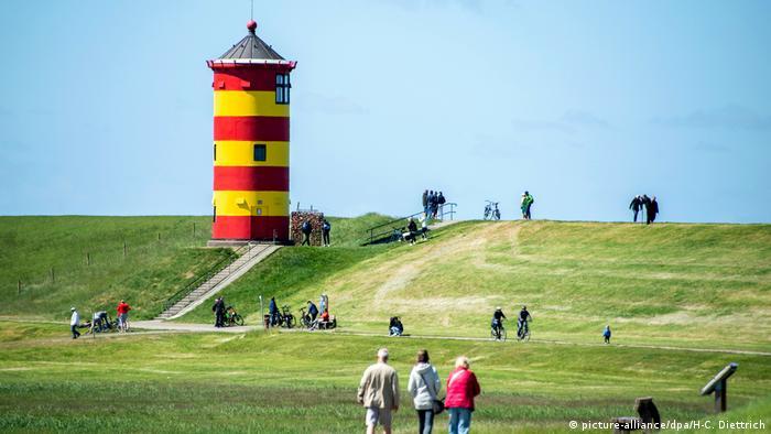 Pilsumer Leuchtturm Pilsum Deich Niedersachsen (picture-alliance/dpa/H-C. Diettrich)