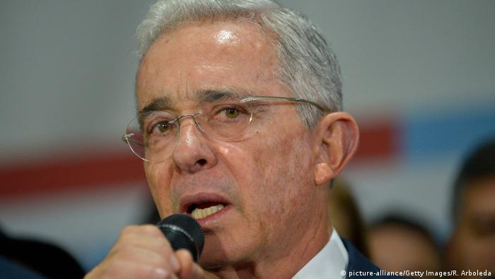 Kolumbiens Ex-Präsident Álvaro Uribe mit Mikrophon