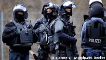 Deutschland Polizei | Spezialeinsatzkommando SEK (picture-alliance/dpa/M. Becker)