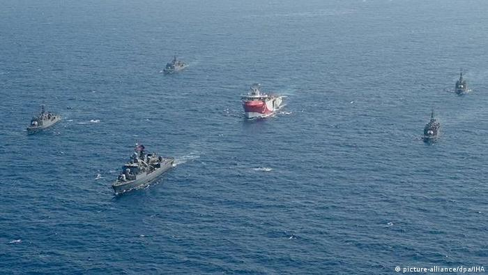 Luftbild der Oruc Reis umgeben von Kreigsschiffen (picture-alliance/dpa/IHA)