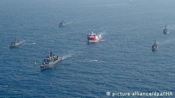 Το ερευνητικό Ορούτς Ρέις πλαισιώνεται από τουρκικά πλοία. Τώρα βρίσκεται στην Αττάλεια