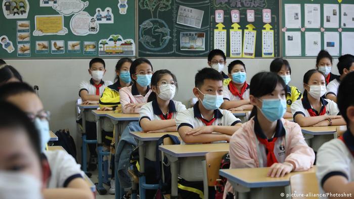 China Vierhunderttausende Schüler gehen wieder zur Schule in Peking