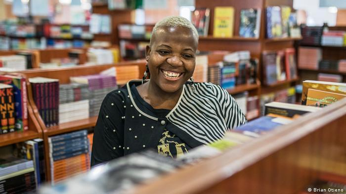 Die Schriftstellerin und Verlegerin Zukiswa Wanner in einer Buchhandlung