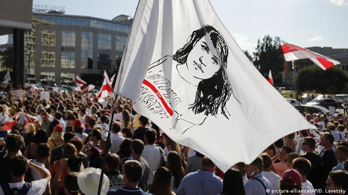 Сторонники Светланы Тихановской на митинге в Минске подняли флаг с ее портретом